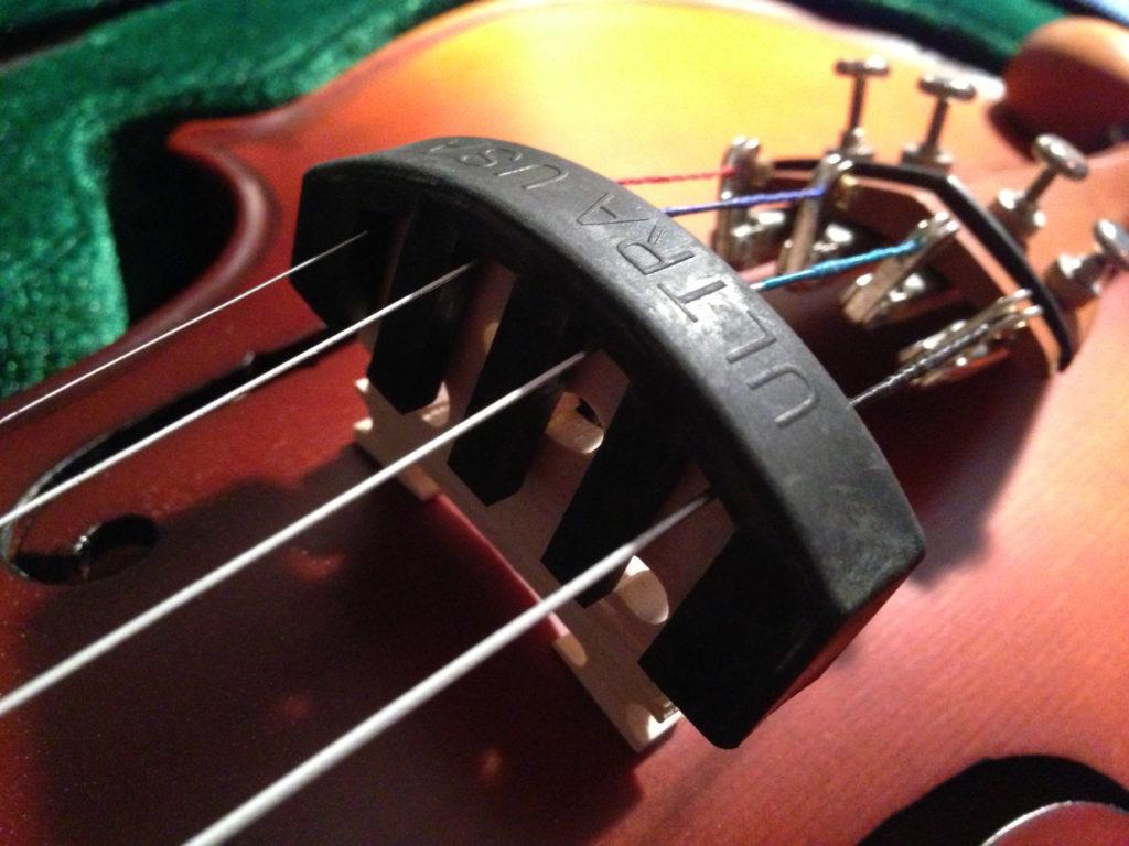 Die Violine mit aufgesetztem Dämpfer