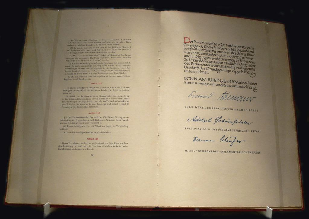 Beurkundungsseite der Verfassungsurkunde