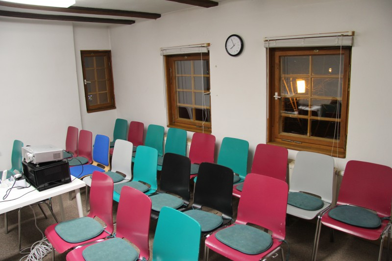 Die Stühle warten bereits auf ihre Gäste