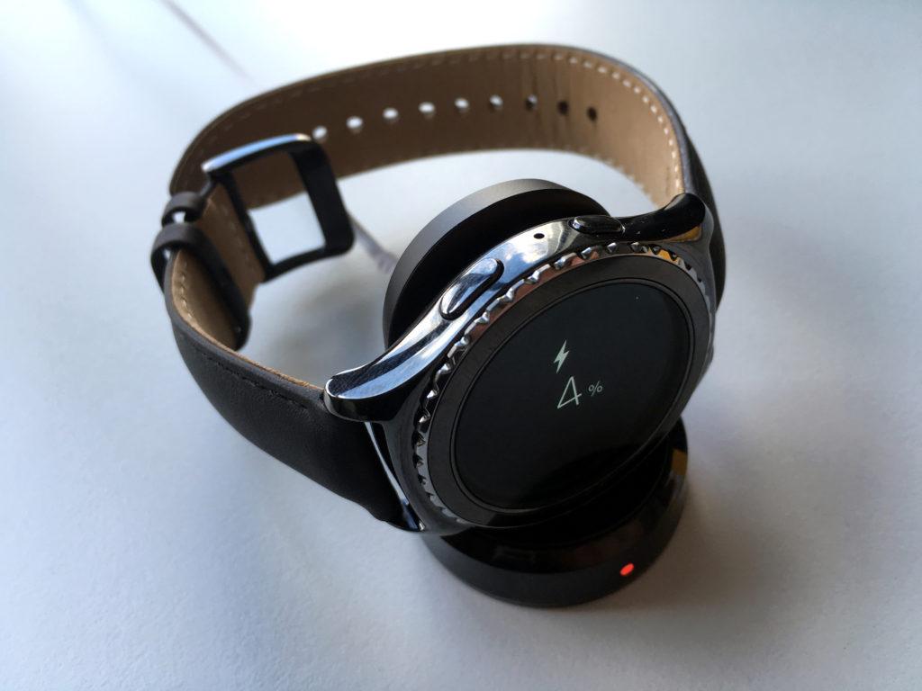 Eine Samsung Gear S2 auf der Ladestation